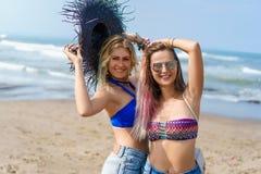 giovani donne felici in bikini fotografia stock