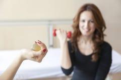 Giovani donne felici che fanno gli esercizi di terapia fisica Immagini Stock