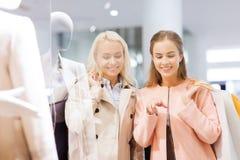 Giovani donne felici con i sacchetti della spesa in centro commerciale Fotografie Stock Libere da Diritti