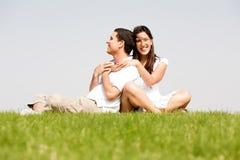 Giovani donne felici con le braccia intorno al suo marito Fotografie Stock