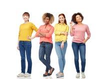 Giovani donne felici sopra fondo bianco fotografia stock libera da diritti