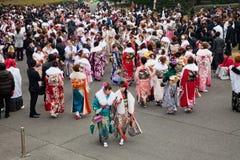 Giovani donne in kimono il giorno di raggiungimento della maturità Fotografie Stock Libere da Diritti