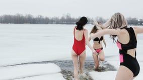 Giovani donne nel foro del ghiaccio archivi video