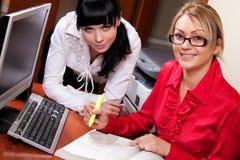 Giovani donne nel luogo di lavoro che cattura le note Immagini Stock Libere da Diritti