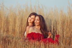 Giovani donne nell'erba Fotografie Stock