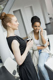 Giovani donne nell'ufficio Fotografia Stock Libera da Diritti