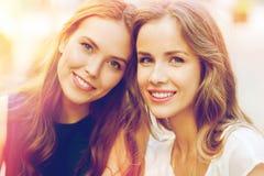 Giovani donne o adolescenti felici Immagine Stock Libera da Diritti