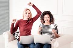 Giovani donne piacevoli che ritengono felici immagini stock