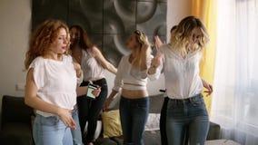 Giovani donne seducenti e sexy su un addio al nubilato in abbigliamento casual identico rilassato e dancing Bello, interno modern stock footage