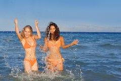 Giovani donne sorridenti felici Immagine Stock