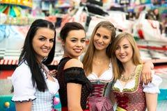 Giovani donne splendide alla luna park tedesca Immagini Stock