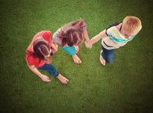Giovani donne su erba verde Giovani donne Immagini Stock