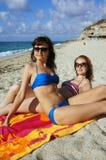 Giovani donne su una spiaggia in Italia Immagine Stock
