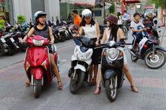 Giovani donne sulla motocicletta Fotografie Stock
