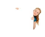 Giovani donne sveglie che tengono un annuncio in bianco della bandiera Fotografia Stock