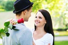 Giovani e coppie adorabili ad una data romantica Fotografie Stock