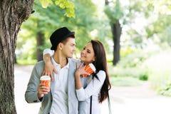 Giovani e coppie adorabili ad una data romantica Fotografia Stock Libera da Diritti