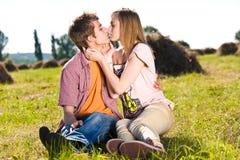 Giovani e coppie felici fotografia stock