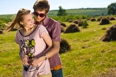Giovani e coppie felici immagini stock