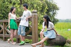 Giovani e donne nelle periferie di chiacchierata Immagini Stock