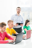 Giovani e studenti astuti che imparano in un'aula Immagini Stock Libere da Diritti