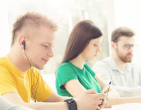 Giovani e studenti astuti che imparano in un'aula Immagini Stock