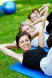 Giovani ed attraenti che fanno forma fisica Immagine Stock