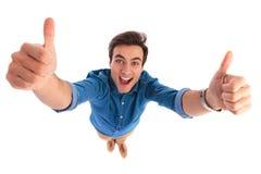 Giovani emozionanti eccellenti l uomo che grida mentre facendo il segno giusto Fotografia Stock Libera da Diritti