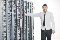 Giovani esso assistente tecnico nella stanza del server del datacenter Immagine Stock Libera da Diritti