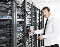 Giovani esso assistente tecnico nella stanza del server del datacenter Immagini Stock