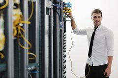 Giovani esso assistente tecnico nella stanza del server del datacenter Fotografia Stock Libera da Diritti