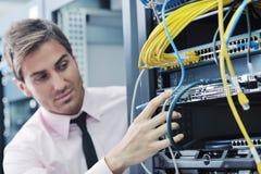 Giovani esso assistente tecnico nella stanza del server del datacenter Fotografie Stock Libere da Diritti