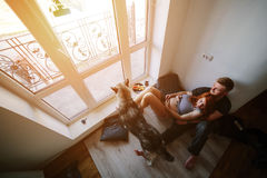 Giovani famiglia e cane immagine stock