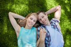 Giovani felici all'aperto fotografia stock