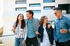 Giovani felici all'aperto Amici sorridenti Immagine Stock