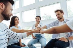 Giovani felici che fanno un'attività di team-building Immagine Stock