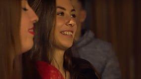 Giovani felici che hanno quiz all'evento educativo Kiev, Ucraina 10 05 2019 archivi video