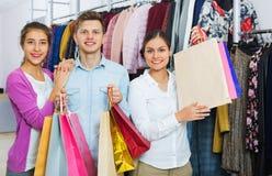 Giovani felici con gli acquisti immagini stock