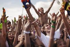 Giovani felici con le pistole di acqua Fotografie Stock