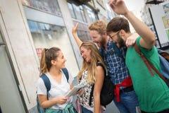 Giovani felici divertendosi all'aperto Fotografia Stock
