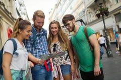Giovani felici divertendosi all'aperto Immagine Stock Libera da Diritti