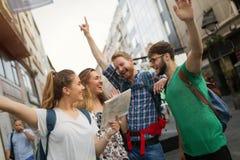 Giovani felici divertendosi all'aperto Immagine Stock