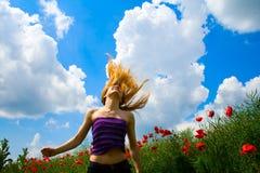 giovani felici liberi della donna del papavero del campo Immagine Stock