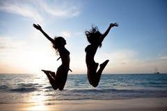Giovani felici sulla spiaggia Immagini Stock