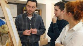A giovani femminili del pittore insegnando a come estrarre ritratto classico Fotografia Stock
