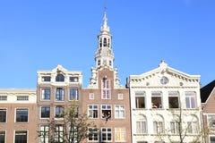 Giovani in finestre di vecchie costruzioni tradizionali in Amsterda Immagine Stock Libera da Diritti