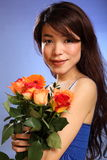 Giovani fiori giapponesi della holding della ragazza sparati bellezza Fotografia Stock Libera da Diritti