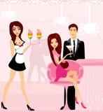 Giovani flirt delle coppie e champagne della bevanda Immagini Stock Libere da Diritti