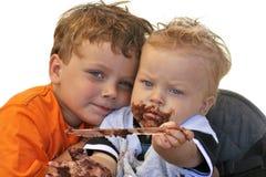 Giovani fratelli che celebrano compleanno Fotografia Stock Libera da Diritti