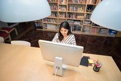 Giovani free lance asiatiche di affari che lavorano al computer astuto Immagine Stock Libera da Diritti